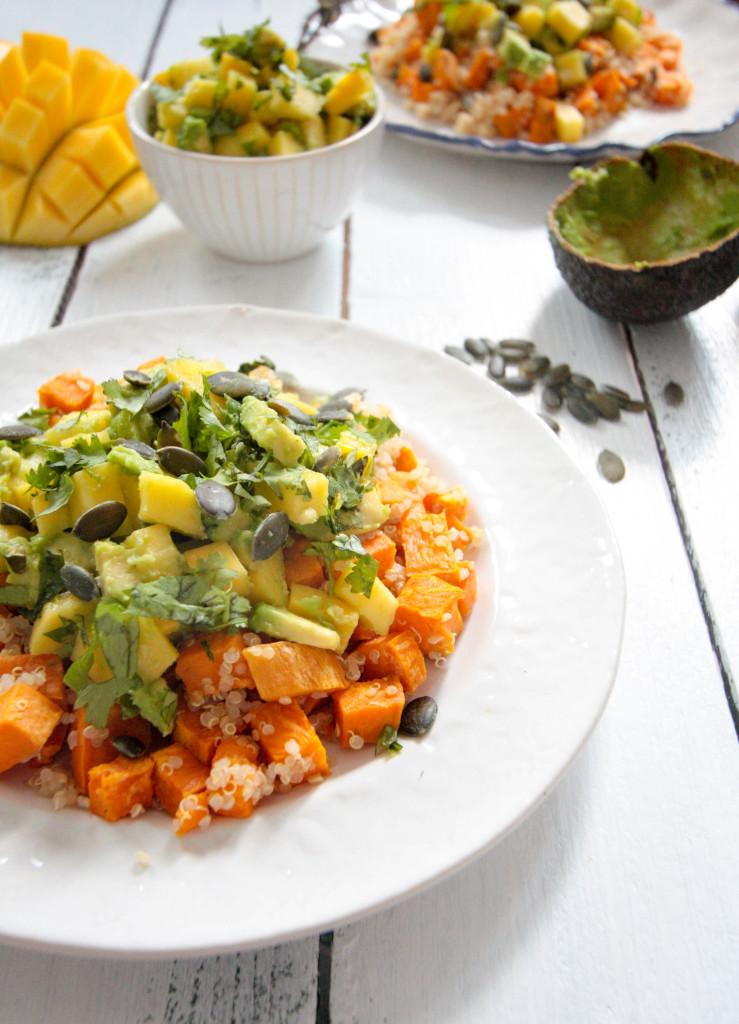 Süßkartoffel Quinoa Salat mit Avocado Mango Salsa