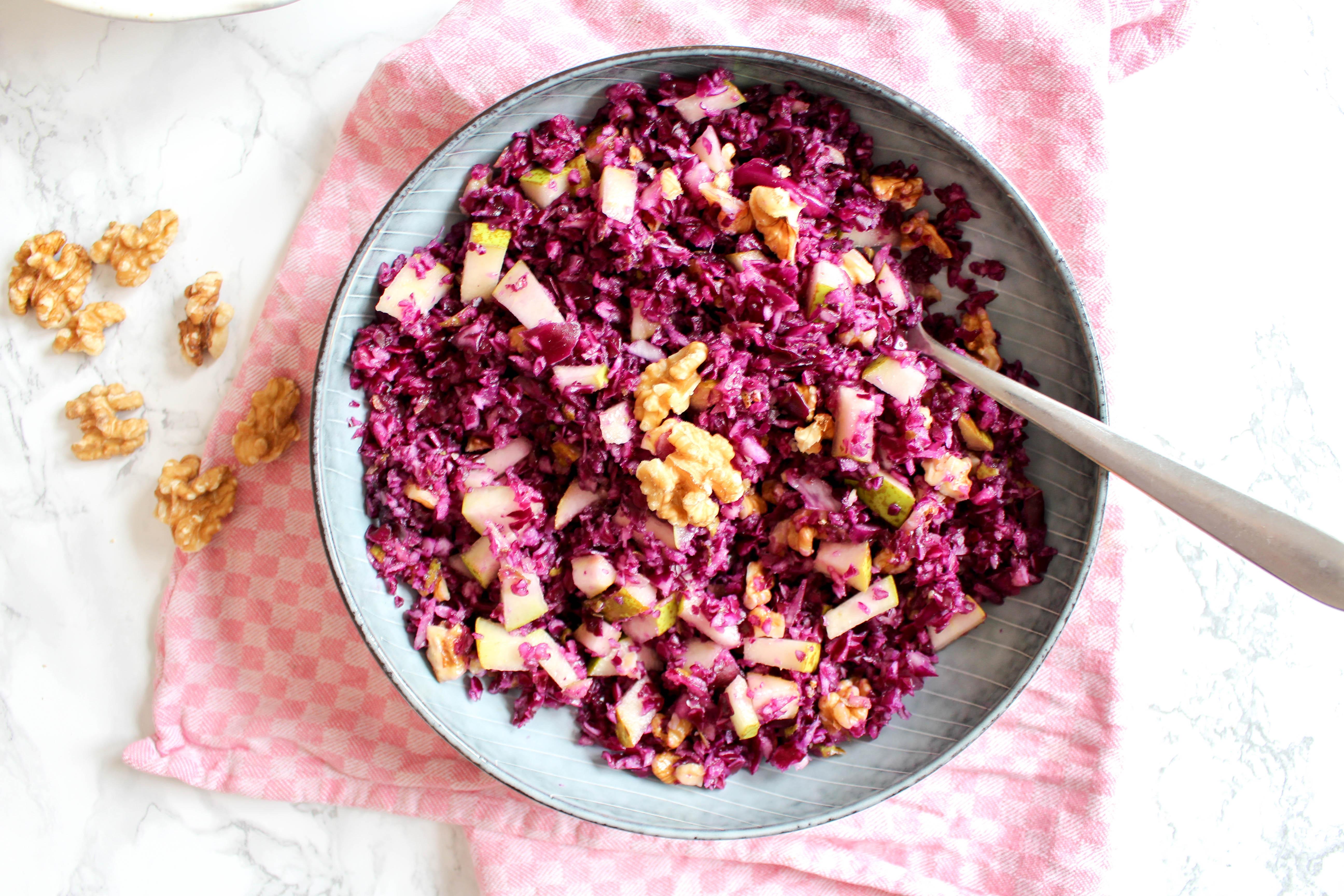 Rotkohl Birnen Salat mit Walnüssen