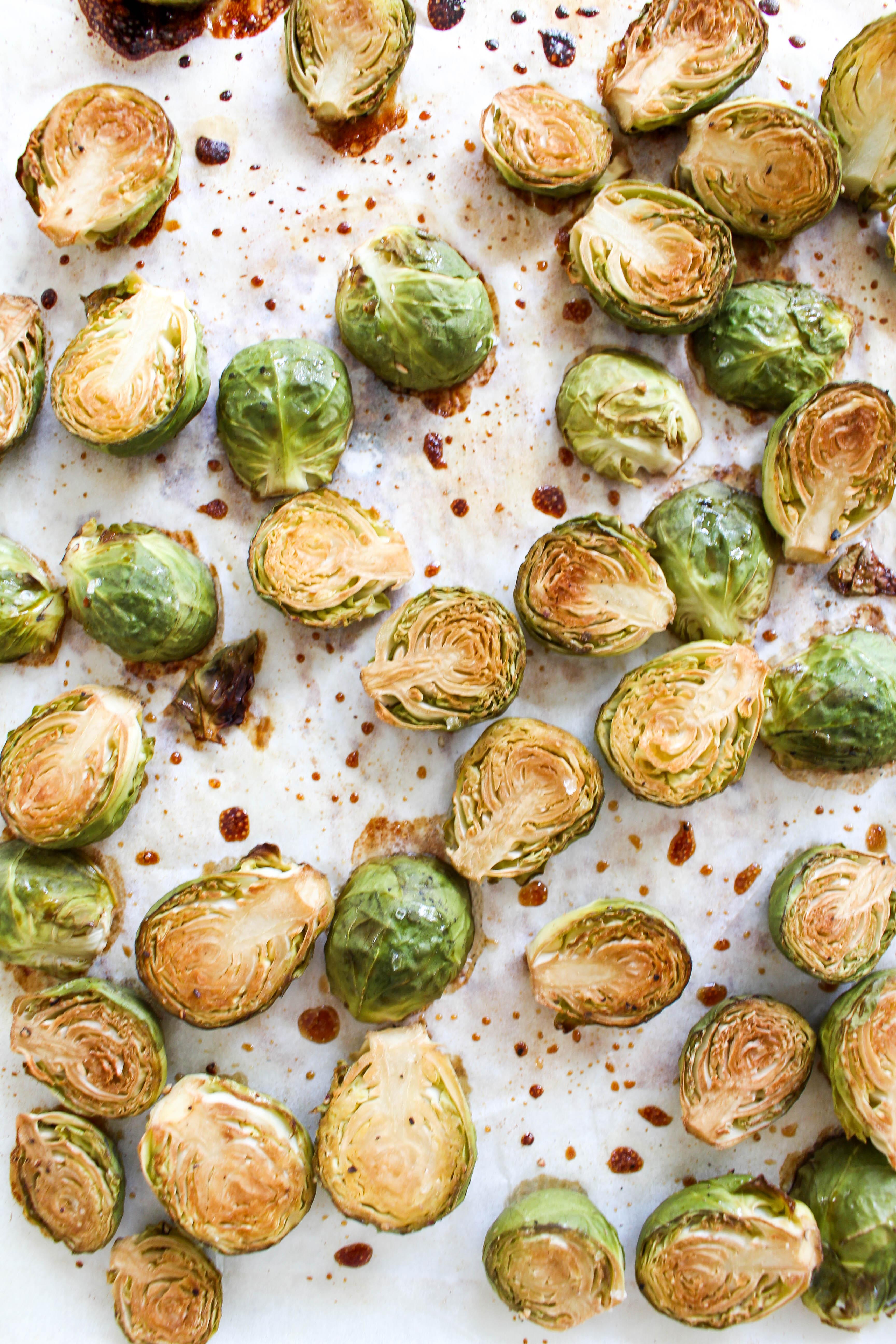 Gerösteter Honig-Rosenkohl mit Granatapfelkernen - ohne raffinierten Zucker, glutenfrei, rein pflanzlich - de.heavenlynnhealthy.com