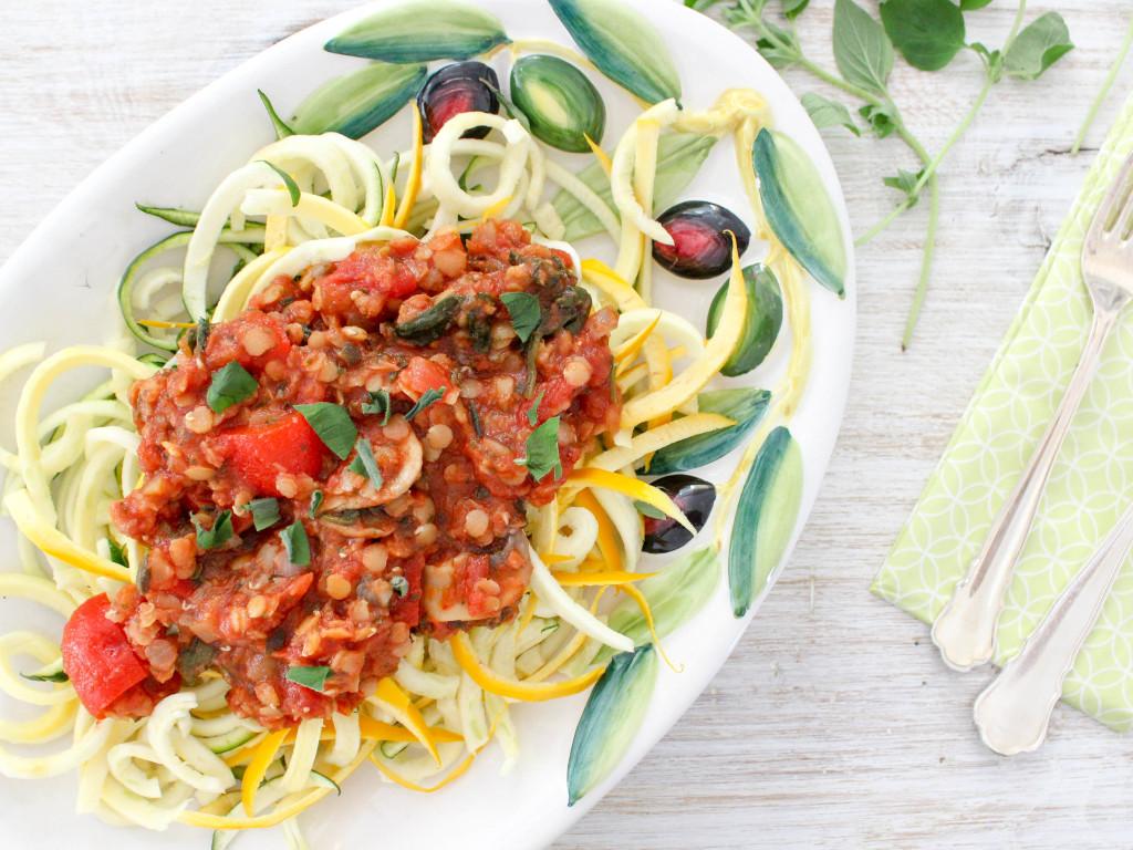 Leckere Linsen-Bolognese mit Zucchini Nudeln - vegetarisch, vegan, glutenfrei, ohne raffinierten Zucker, gesund - de.heavenlynnhealthy.com
