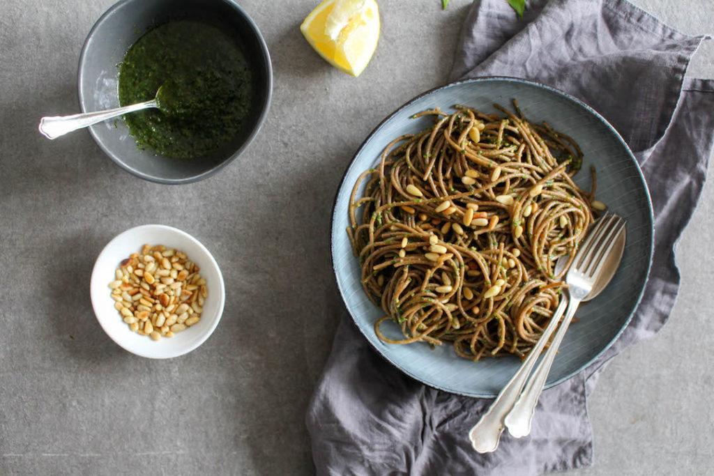 Dinkelpasta mit Bärlauchpesto - vegetarisch, rein pflanzlich, vegan, ohne raffinierten Zucker - de.heavenlynnhealthy.com