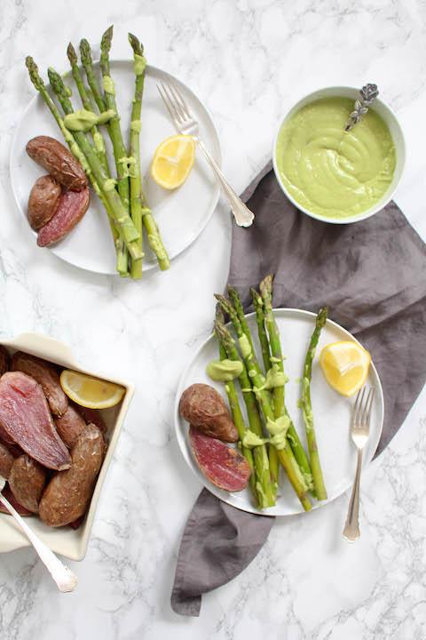 Spargel mit Avocado-Hollandaise - gesund, vegan, vegetarisch, glutenfrei, ohne raffinierten Zucker - de.heavenlynnhealthy.com