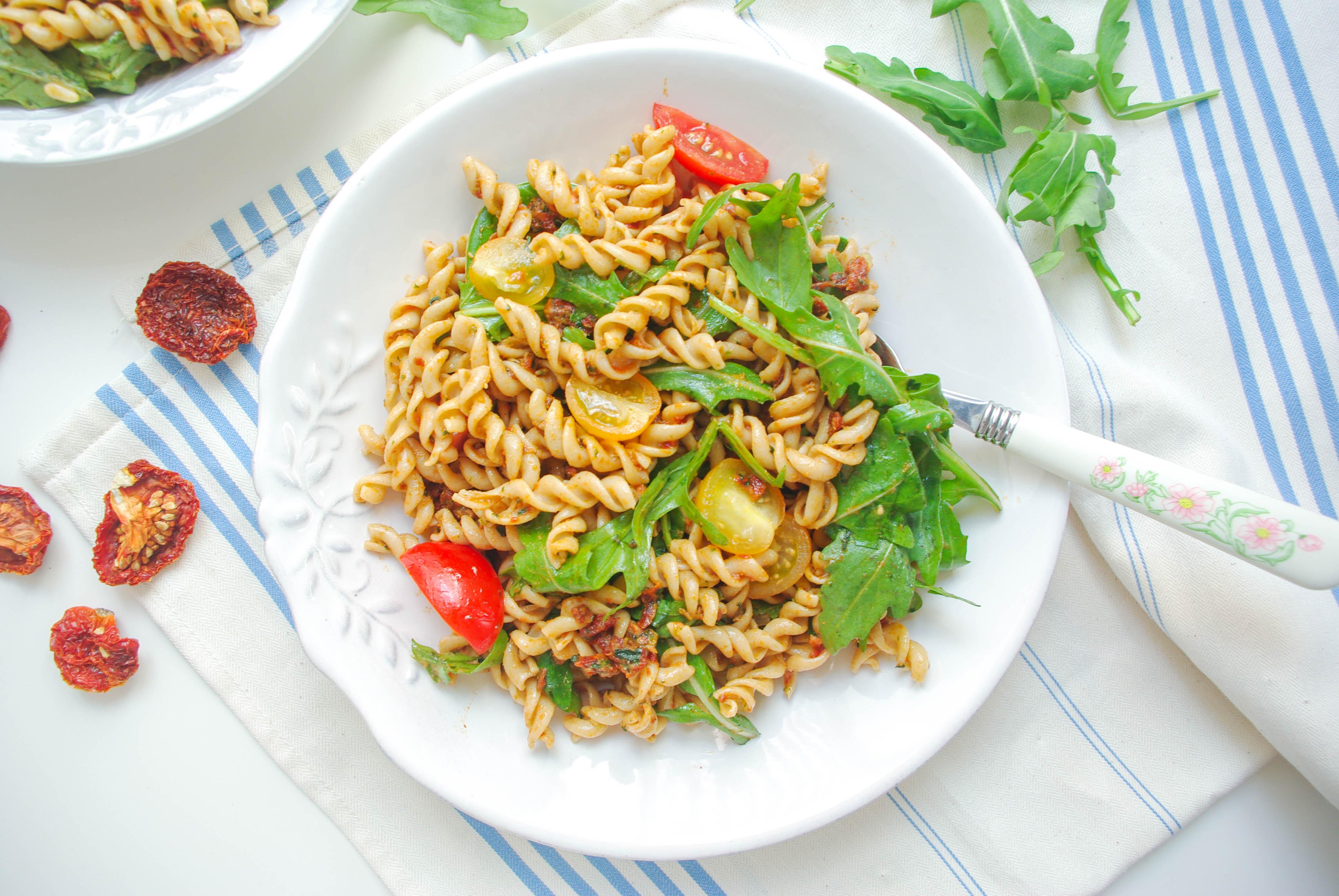 Nudelsalat mit getrocknete-Tomaten-Pesto