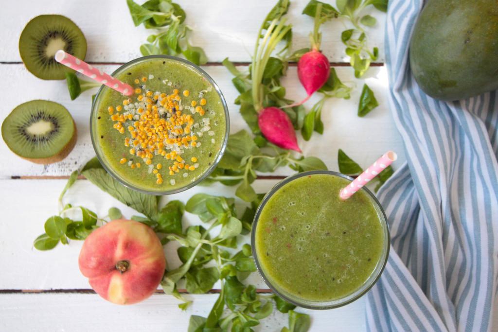 Erfrischender Grüner Sommer Smoothie mit Radieschenblättern