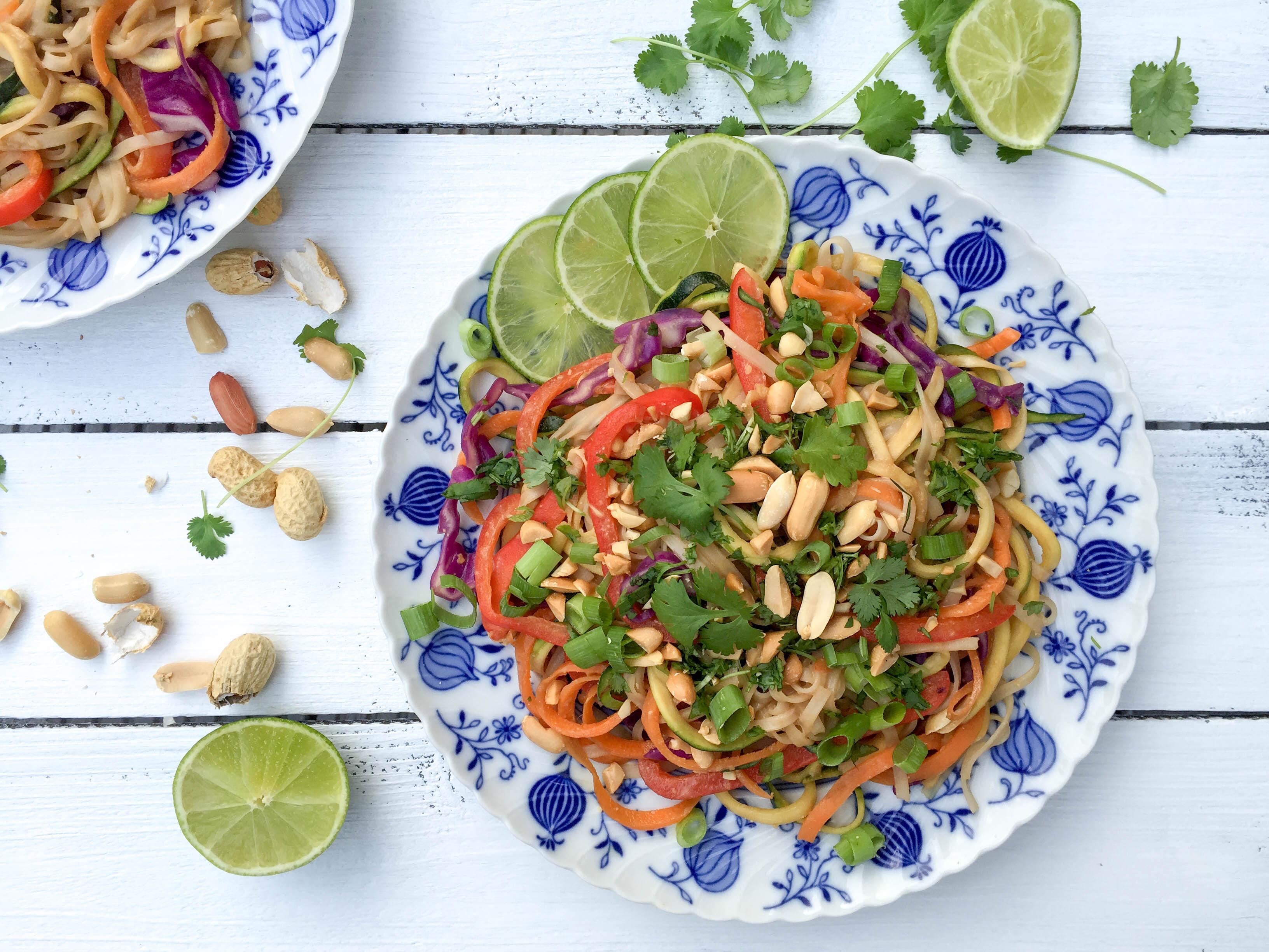 Gesundes Pad Thai mit Erdnüssen und Koriander