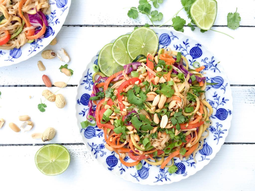 Gesundes Pad Thai mit Erdnüssen und Koriander - vegan, glutenfrei, gesund, ohne Zucker, ohne Milchprodukte