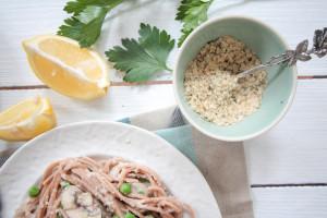 Gesunde Spaghetti Carbonara mit Blumenkohl-Soße und Superfood-Parmesan