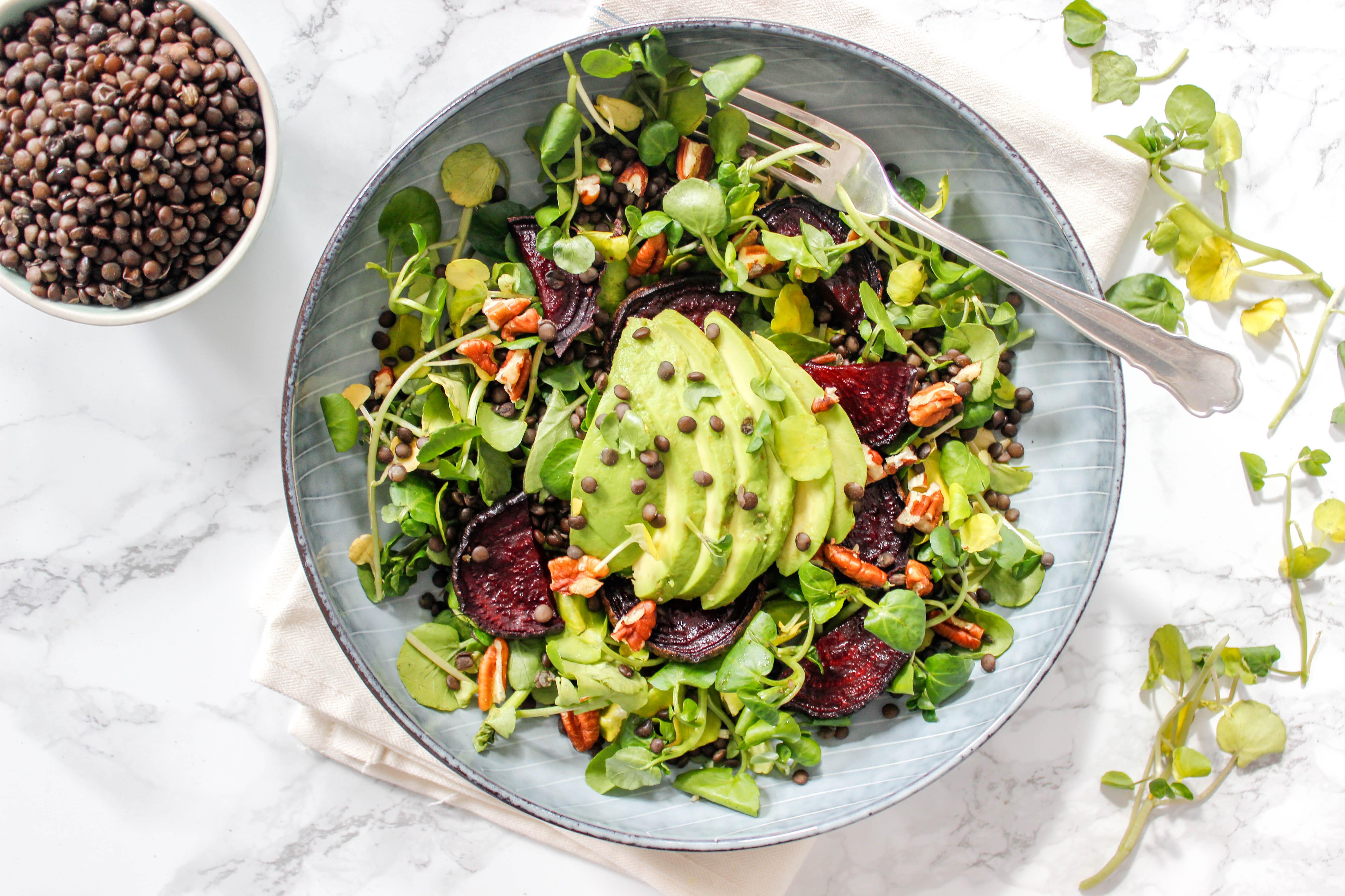 Brunnenkresse, Rote Bete und Avocado Salat mit Beluga-Linsen
