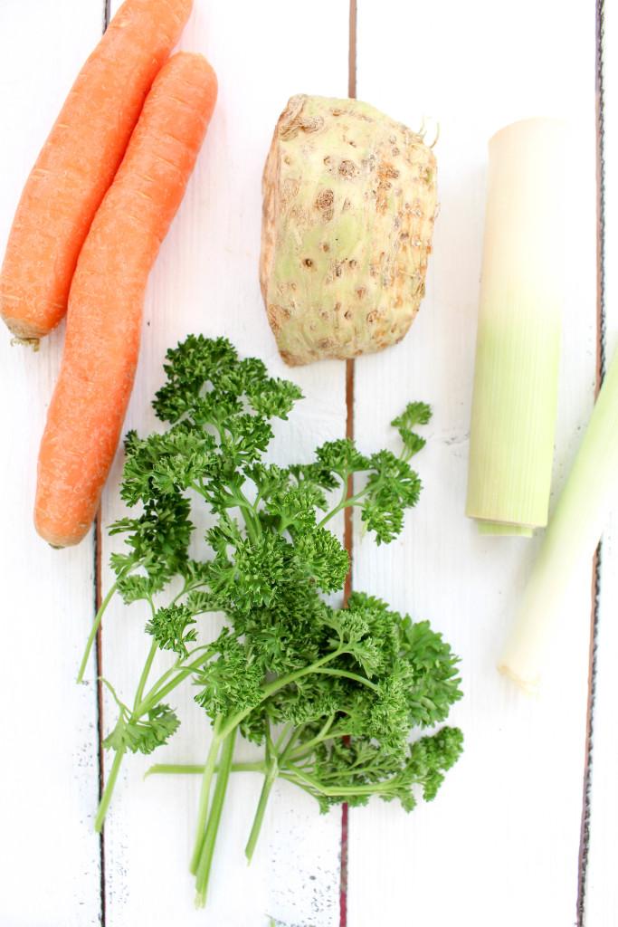 Selbstgemachte Gemüsebrühe - vegan, glutenfrei, ohne raffinierten Zucker, gesund - de.heavenlynnhealthy.com
