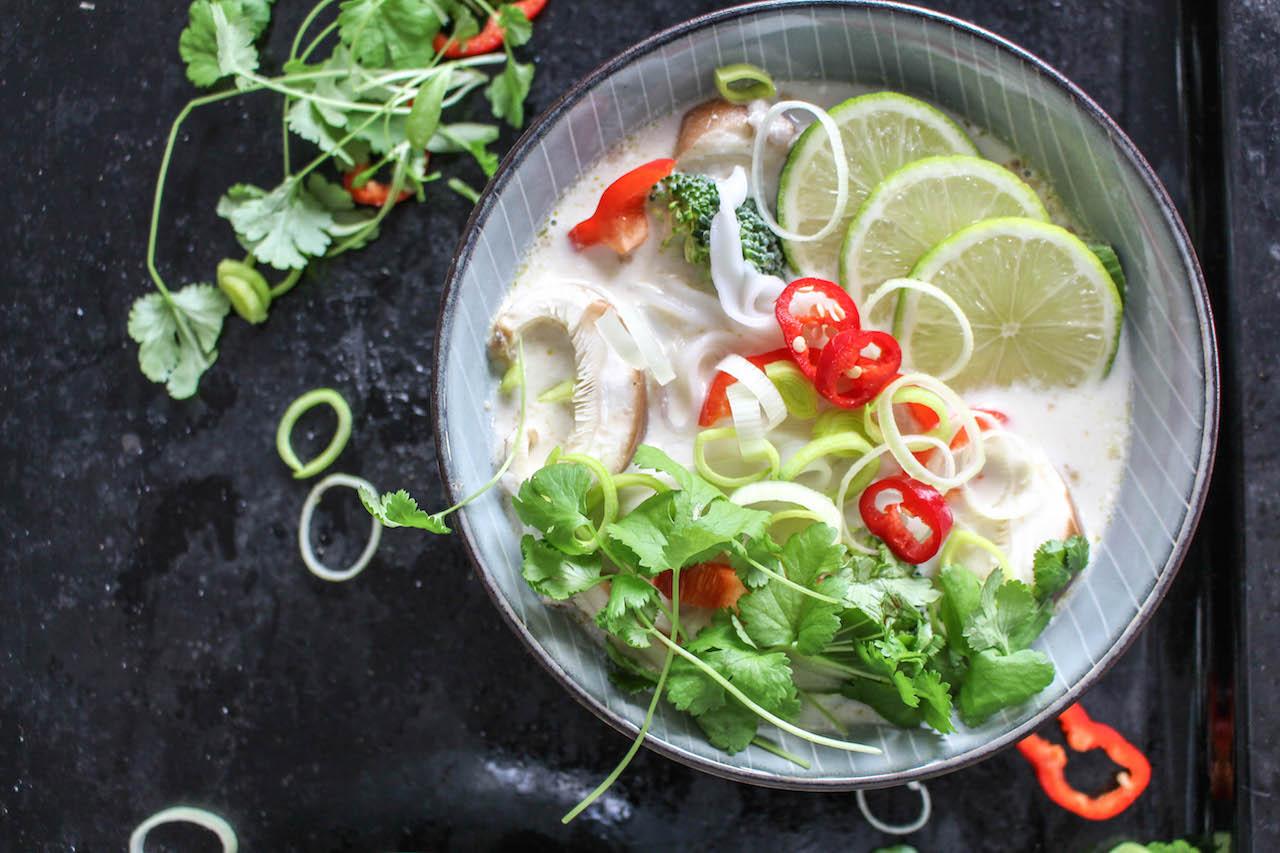 20 Minuten Thai Curry Nudelsuppe - rein pfanzlich, vegetarisch, vegan, glutenfrei, ohne raffinierten Zucker - de.heavenlynnhealthy.com
