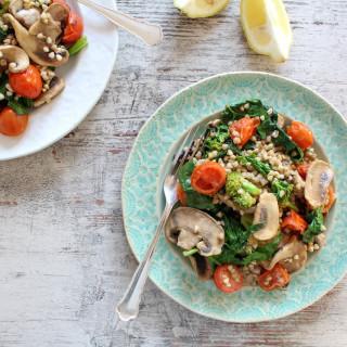 Schnelle Buchweizen-Gemüsepfanne - vegan, vegetarisch, glutenfrei, ohne raffinierten Zucker, ohne Mehl, gesund - de.heavenlynnhealthy.com