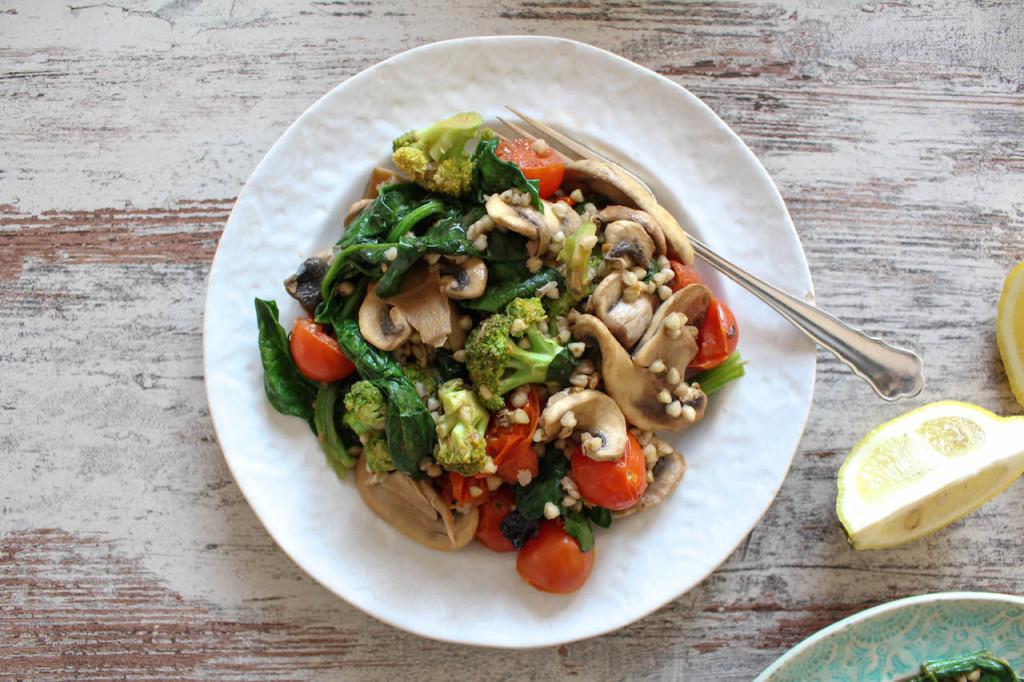 Schnelle Buchweizen und Gemüsepfanne - vegan, vegetarisch, glutenfrei, ohne raffinierten Zucker, ohne Mehl, gesund - de.heavenlynnhealthy.com