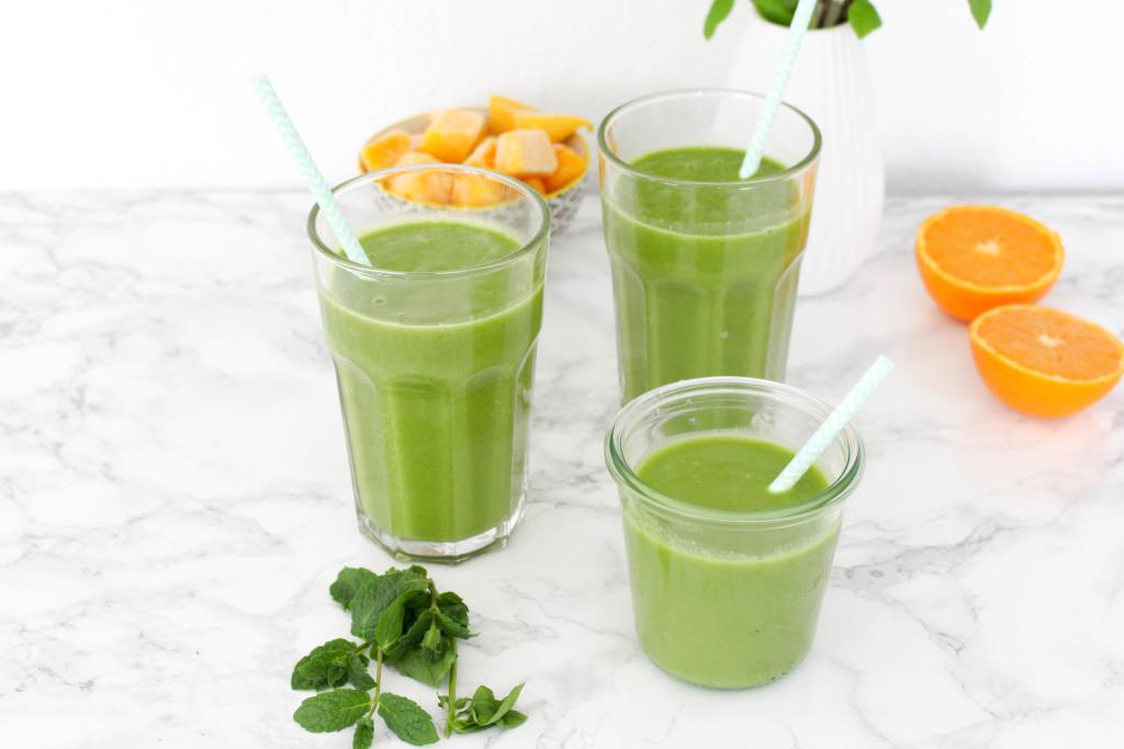 Grüner Frühlingssmoothie mit Minze und Basilikum - glutenfrei, vegan, ohne raffinierten Zucker - de.heavenlynnhealthy.com
