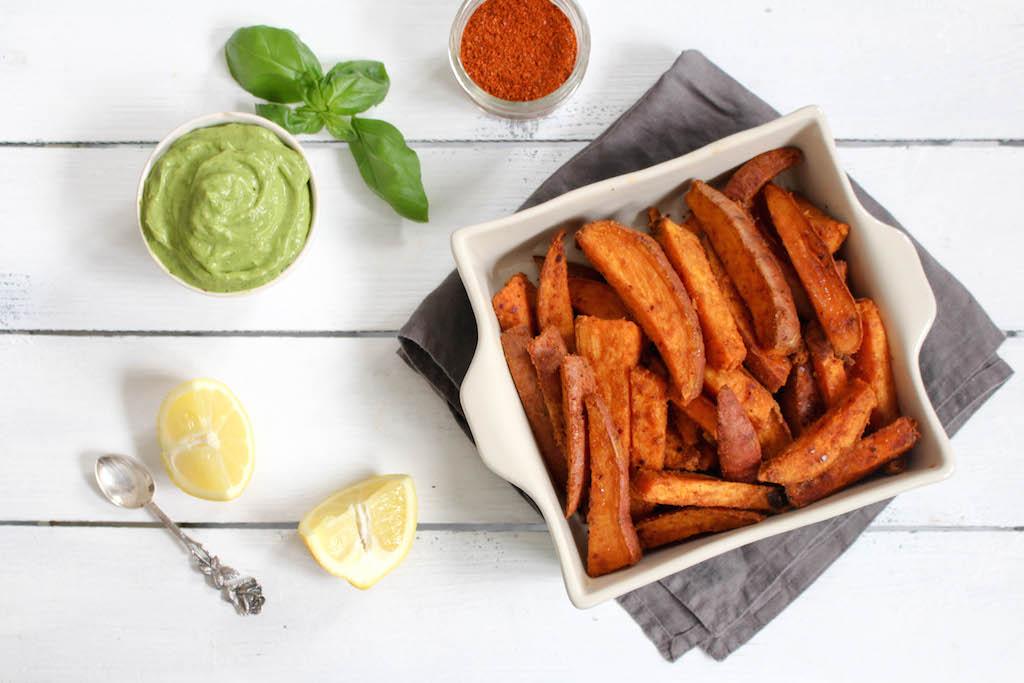 Harissa-Süßkartoffeln mit scharfem Avocado-Dip