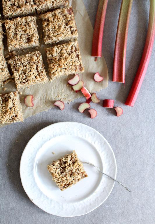 Gesunder Rhabarber-Streuselkuchen - vegan, rein pflanzlich, glutenfrei, ohne raffinierten Zucker - de.heavenlynnhealthy.com