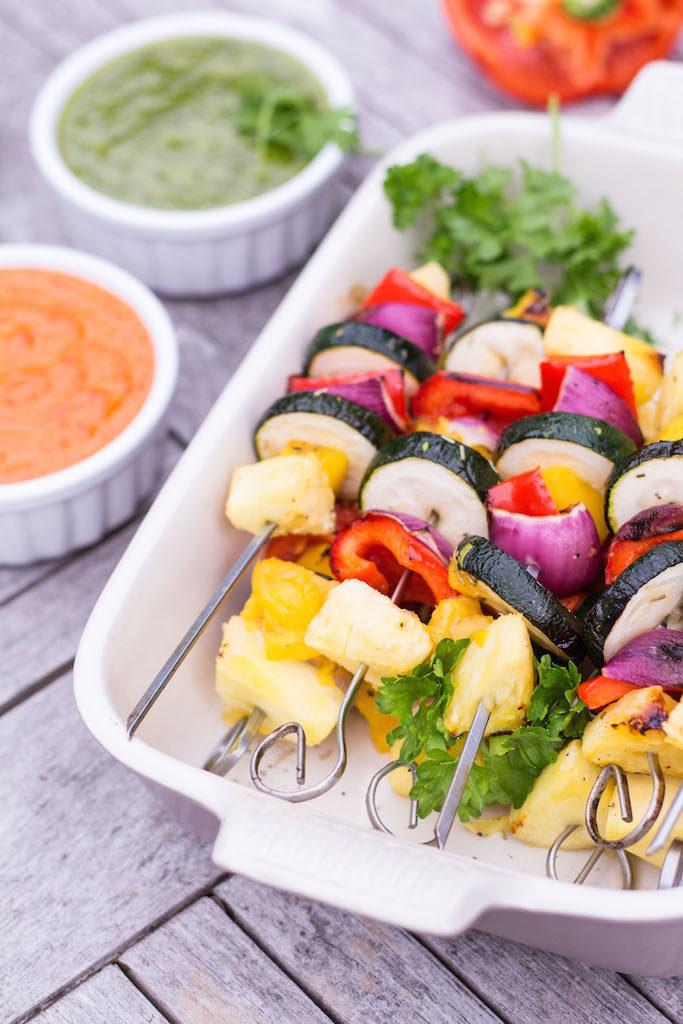 Mango & Ananas Gemüsespieße mit Mojo Roje & Mojo Verde - rein pflanzlich, glutenfrei, ohne raffinierten Zucker, vegetarisch, vegan - de.heavenlynnhealthy.com