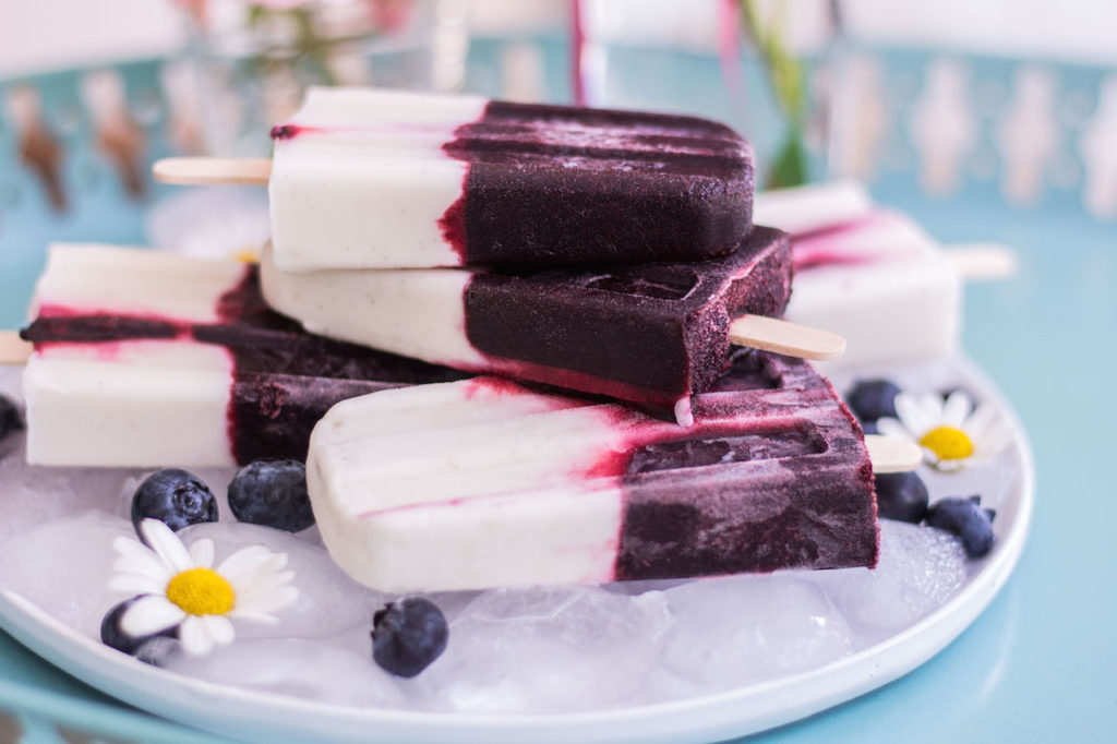 Blaubeer-Kokosjoghurt-Popsicles - ohne raffinierten Zucker, vegan, rein pflanzlich, glutenfrei - de.heavenlynnhealthy.com