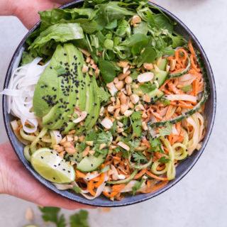 Summer Roll Bowl mit Erdnuss-Limetten-Sauce - rein pflanzlich, vegan, glutenfrei, vegetarisch, ohne raffinierten Zucker - de.heavenlynnhealthy.com