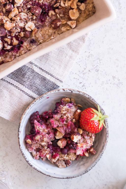 Gebackenes Beeren-Oatmeal - rein pflanzlich, glutenfrei, ohne raffinierten Zucker, gesund, vegan - de.heavenlynnhealthy.com