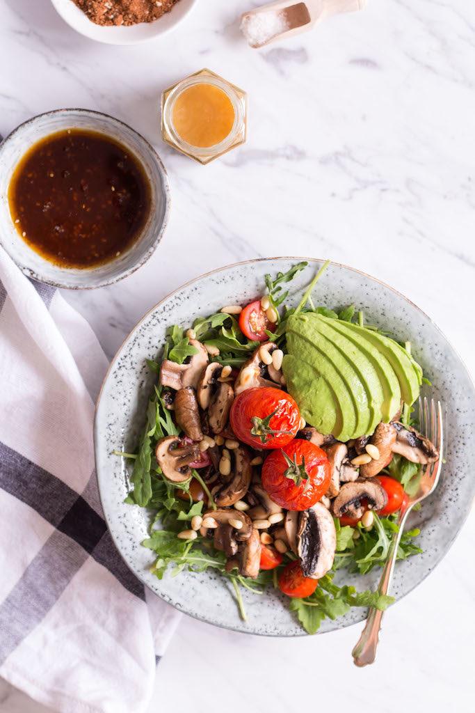 Tamari Champignon Salat mit Honig-Mole-Dressing - rein pflanzlich, ohne raffinierten Zucker, vegetarisch, vegan, glutenfrei - de.heavenlynnhealthy.com