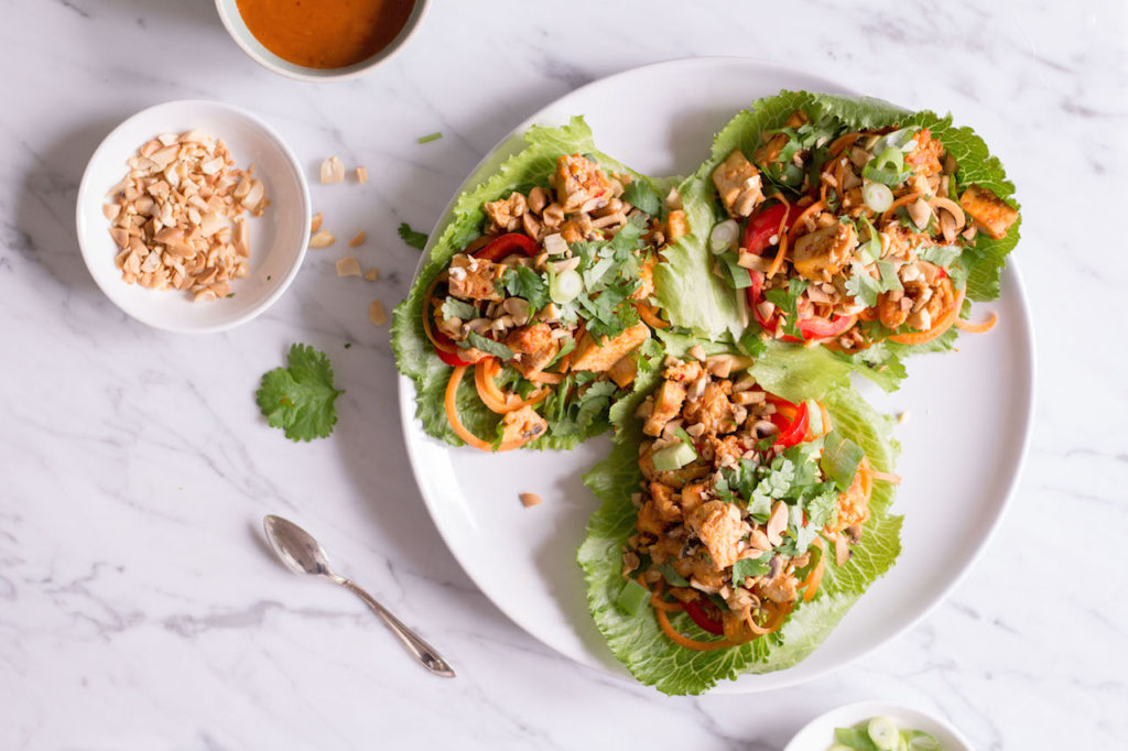 Thai Salat Wraps mit Tofu und Erdnuss-Chili-Sauce - - vegetarisch, rein pflanzlich, vegan, ohne raffinierten Zucker, glutenfrei - de.heavenlynnhealthy.com