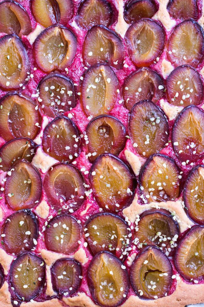 Zwetschgen-Blechkuchen mit Buchweizen-Dinkel-Hefeteig - rein pflanzlich, ohne raffinierten Zucker, vegan, glutenfreie Option - de.heavenlynnhealthy.com