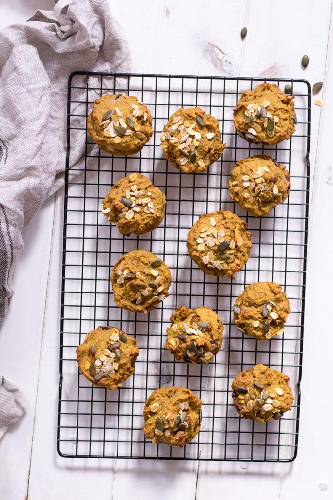 Gesunde Kürbis-Muffins - vegan, glutenfrei, rein pflanzlich, ohne raffinierten Zucker - de.heavenlynnhealthy.com