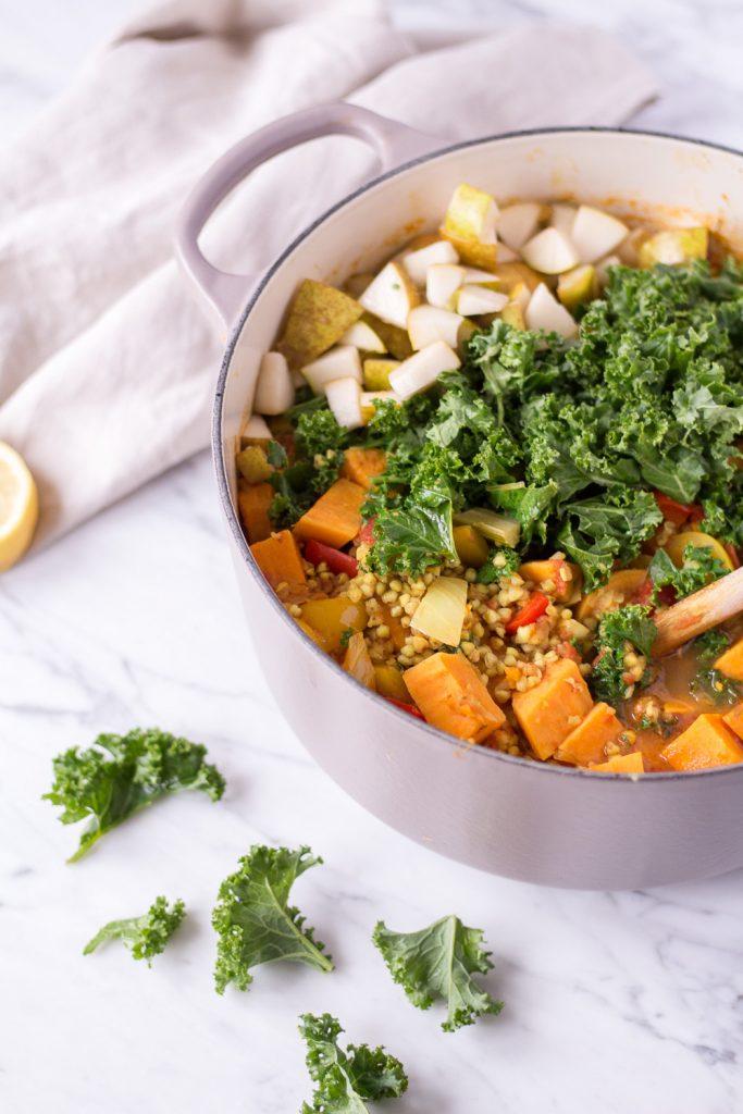 Winterlicher Wohlfühleintopf mit Süßkartoffeln, Grünkohl & Buchweizen - rein pflanzlich, vegan, gesund, glutenfrei, ohne raffinierten Zucker - de.heavenlynnhealthy.com