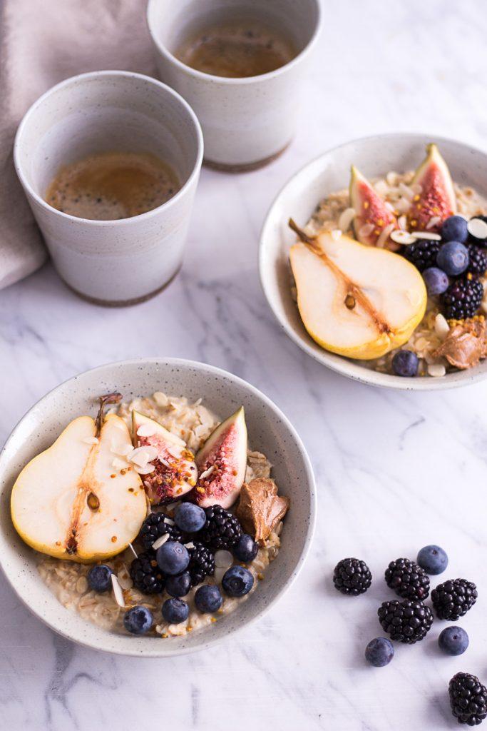 Warmes Birnen-Porridge mit Haselnussmilch - rein pflanzlich, vegan, glutenfrei, ohne raffinierten Zucker - de.heavenlynnhealthy.com