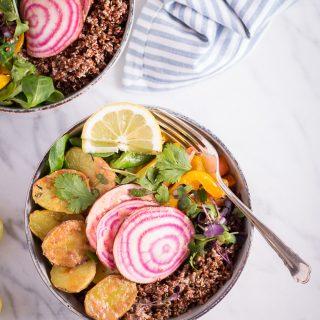 Frühlingsbowl mit Tahin-Zitronen-Dressing - rein pflanzlich, vegan, glutenfrei, ohne raffinierten Zucker - de.heavenlynnhealthy.com