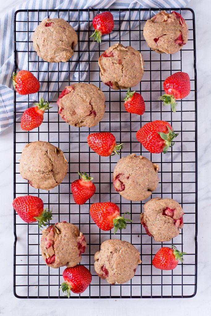 Gesunde Erdbeer-Muffins - rein pflanzlich, vegan, glutenfreie Option, ohne raffinierten Zucker - de.heavenlynnhealthy.com