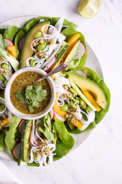25 Minuten Salatwraps mit dem besten Cashew-Koriander-Dip - rein pflanzlich, vegan, glutenfrei, ohne raffinierten Zucker - de.heavenlynnhealthy.com