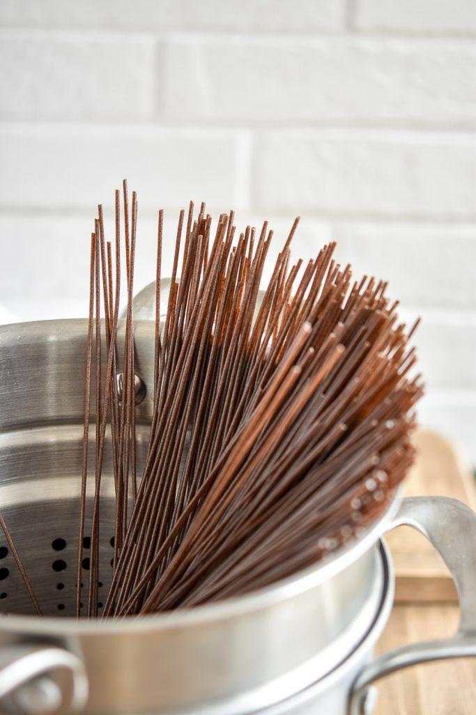 Würzige Miso-Buchweizen-Spaghetti - rein pflanzlich, vegan, glutenfreie Option, ohne raffinierten Zucker - de.heavenlynnhealthy.com