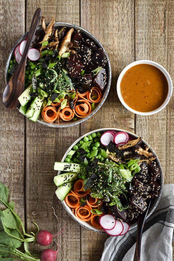 Himmlisch gesunde Poké-Bowl mit Tahini-Chili-Sauce - rein pflanzlich, vegan, glutenfreie Option, ohne raffinierten Zucker - de.heavenlynnhealthy.com