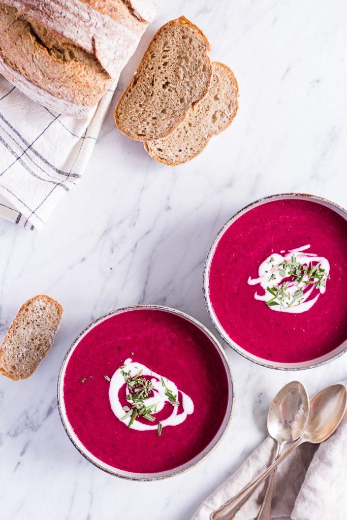 Geröstete Tomatensuppe mit Roter Bete und Rosmarin - rein pflanzlich, vegan, glutenfrei, ohne raffinierten Zucker - de.heavenlynnhealthy.com