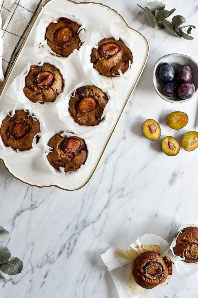 Gesunde Zwetschgen-Muffins - rein pflanzlich, vegan, glutenfreie Option, ohne raffinierten Zucker - de.heavenlynnhealthy.com