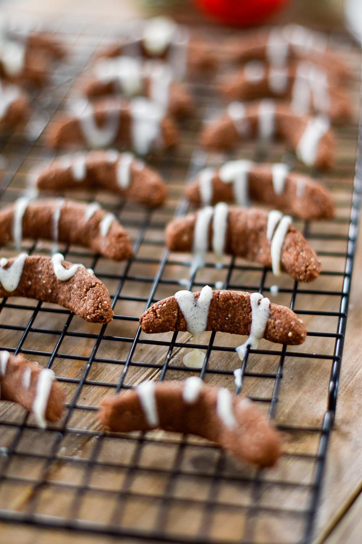 Gesunde Plätzchen: Schoko-Vanillekipferl mit weißer Schokolade - rein pflanzlich, vegan, glutenfrei, ohne raffinierten Zucker - de.heavenlynnhealthy.com