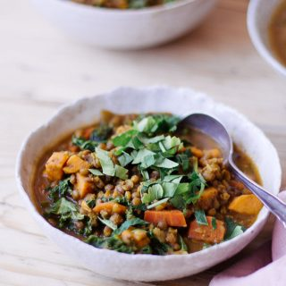 Persische Linsensuppe mit Grünkohl - rein pflanzlich, vegan, glutenfrei, ohne raffinierten Zucker - de.heavenlynnhealthy.com