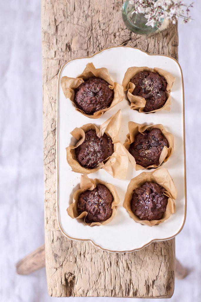 Zuckerfreie Schokoladen-Süßkartoffel-Muffins - rein pflanzlich, vegan, glutenfrei, ohne raffinierten Zucker - de.heavenlynnhealthy.com