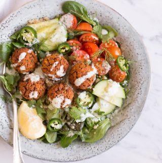 Süßkartoffel-Quinoa Falafel-Bowl mit Kokos-Koriander-Tzatziki - rein pflanzlich, vegan, glutenfrei, ohne raffinierten Zucker - de.heavenlynnhealthy.com