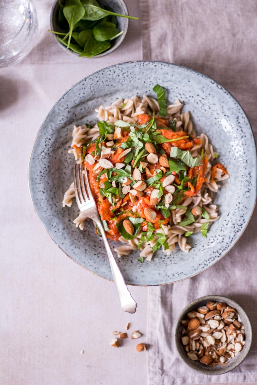 Schnelle Tomaten Spinat Pasta - rein pflanzlich, vegan, glutenfrei, ohne raffinierten Zucker - de.heavenlynnhealthy.com