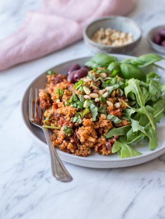 Mediterranes Quinoa mit sonnengetrockneten Tomaten – 30-Minuten-Gerichte