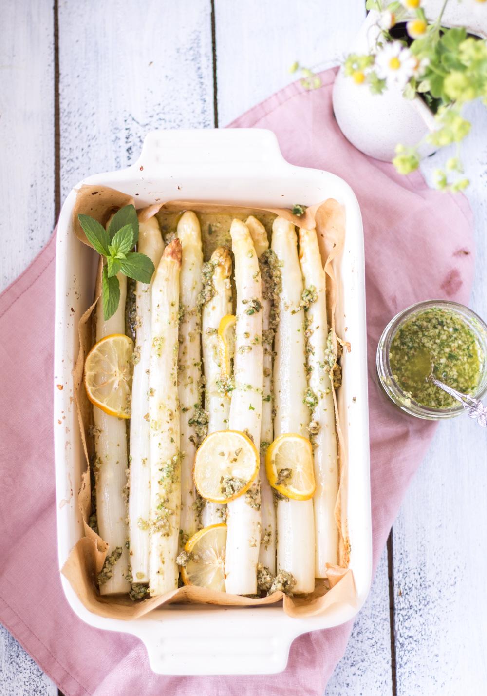 Schneller Ofen-Spargel mit Zitronen-Pesto – 30 Minuten Abendessen (zumindest fast) - rein pflanzlich, vegan, glutenfrei, ohne raffinierten Zucker - de.heavenlynnhealthy.com