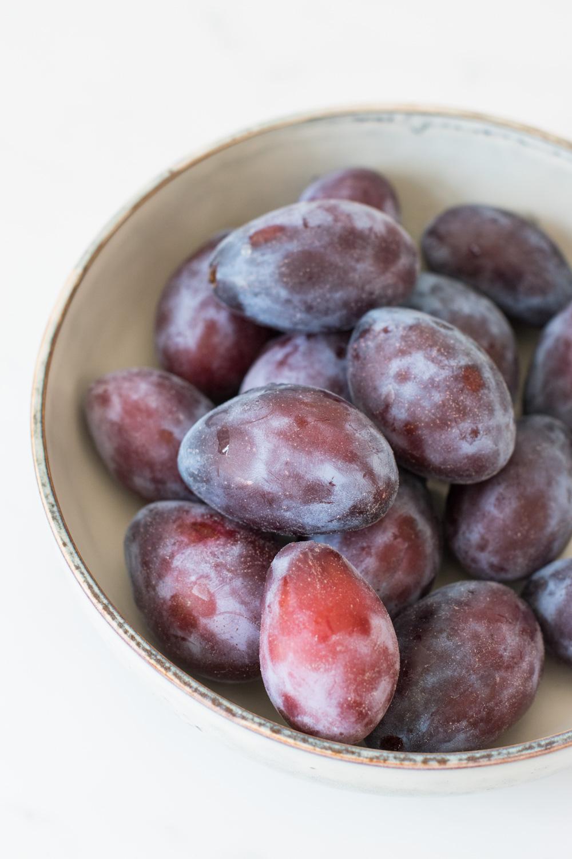 Glutenfreier Vollkorn-Grießbrei mit Zwetschgen-Kompott - rein pflanzlich, vegan, glutenfrei, ohne raffinierten Zucker - de.heavenlynnhealthy.com