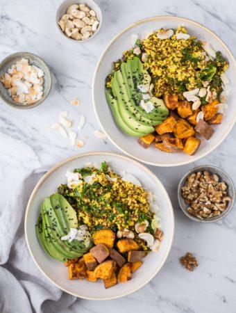 Hormonausgleichende Kurkuma-Quinoa-Bowl – und wie man seine Ernährung auf den weiblichen Zyklus abstimmt