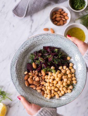 Schneller Kichererbsen-Rote-Bete-Salat mit Mandeln und Dill + Tipps für eine langfristige Ernährungsumstellung