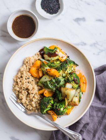Schnelle Miso-Gemüsepfanne mit Quinoa – 20 Minuten Gerichte