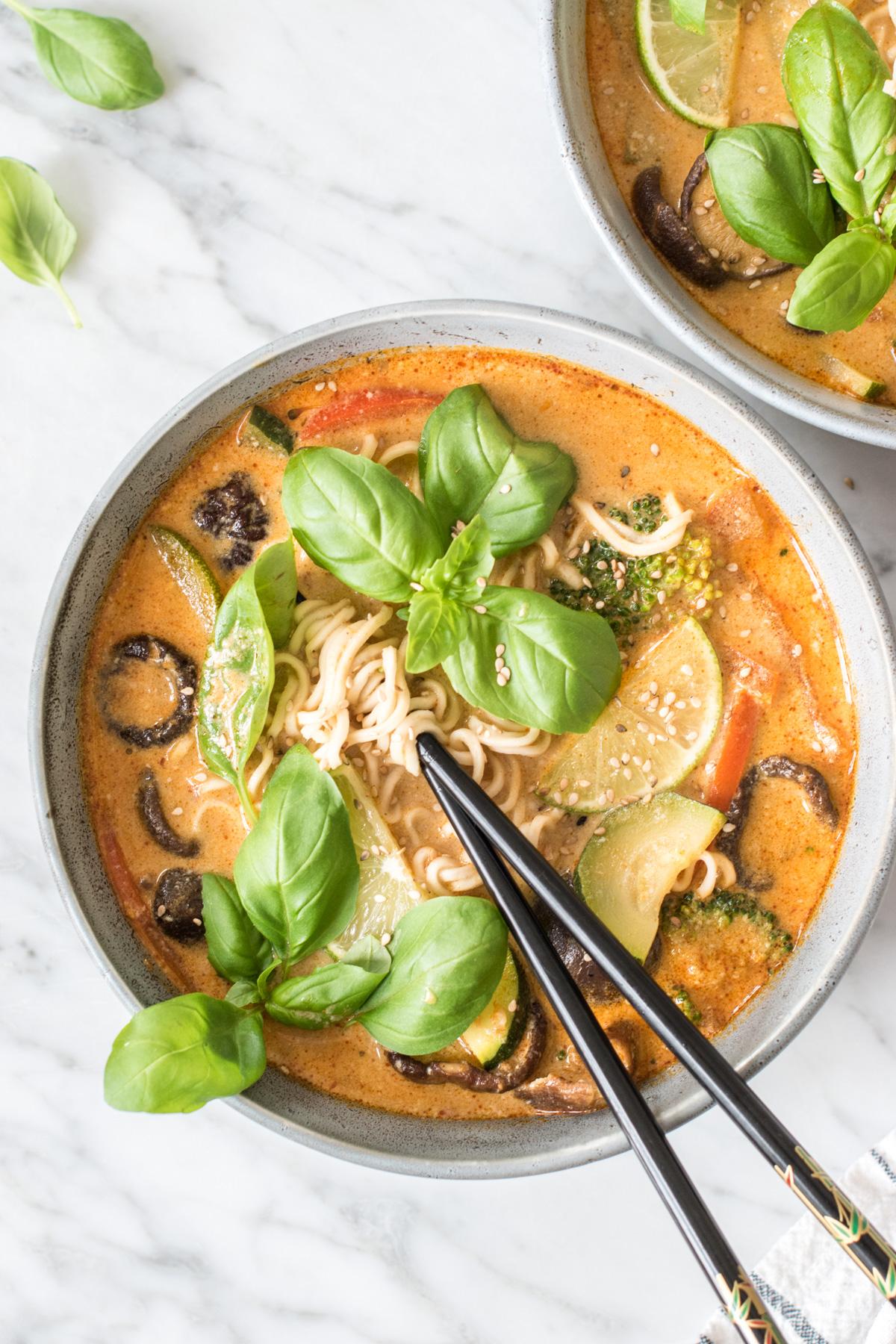Thai-Erdnuss-Nudelsuppe - rein pflanzlich, vegan, glutenfrei, ohne raffinierten Zucker - de.heavenlynnhealthy.com